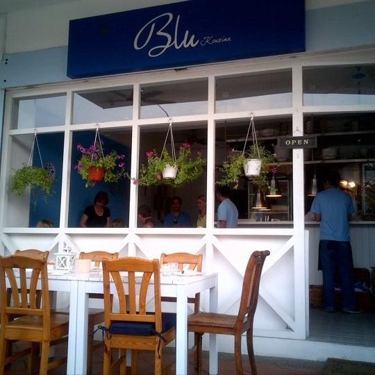 Foto tirada no(a) Blu Kouzina por Sabishka C. em 6/23/2012