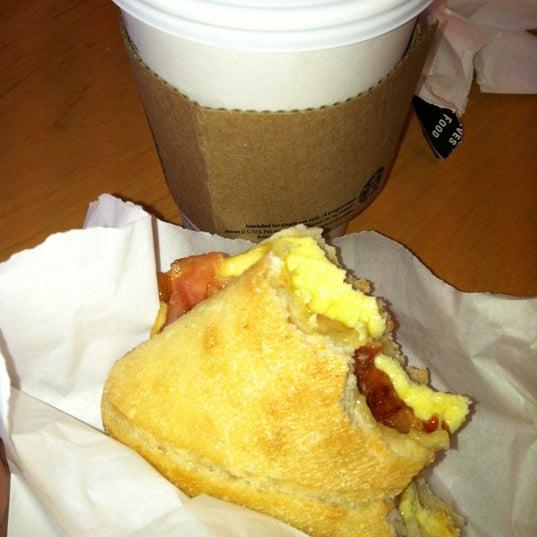 รูปภาพถ่ายที่ Starbucks โดย Alexandria B. เมื่อ 4/17/2012