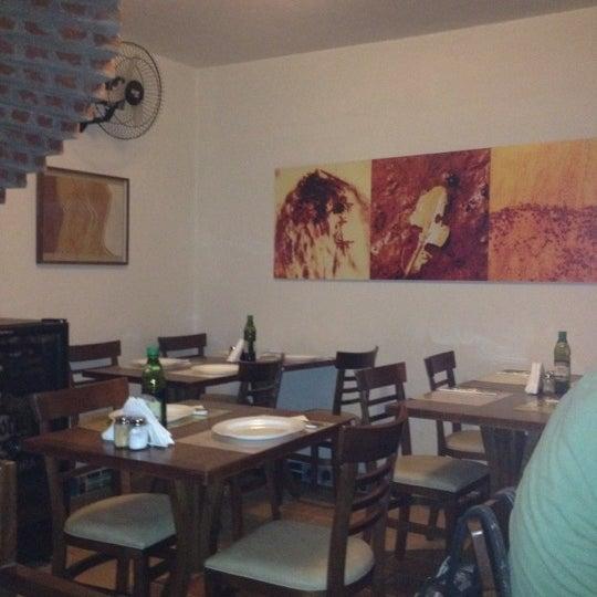 Foto tirada no(a) Dona Rosa Pizzaria por Renata G. em 4/15/2012