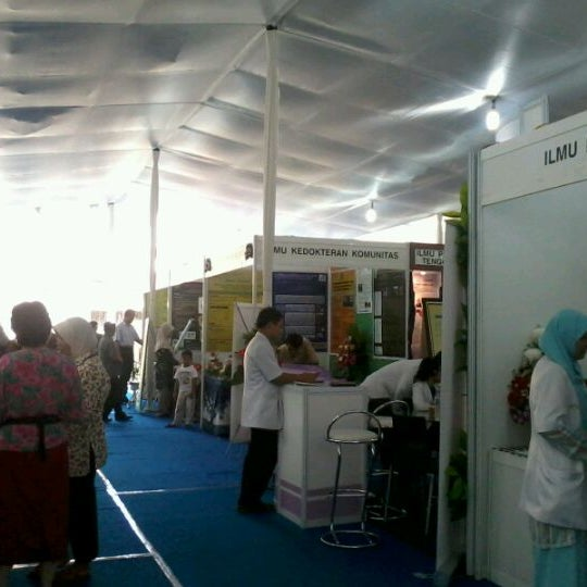 Photo taken at Fakultas Kedokteran Universitas Indonesia by dewi masyithah d. on 4/23/2012