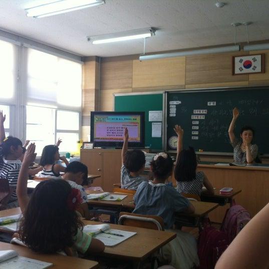 Photo taken at 성황초등학교 by Kyungbae Y. on 6/13/2012