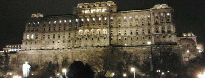 Dózsa György tér (18) is one of Budai villamosmegállók.