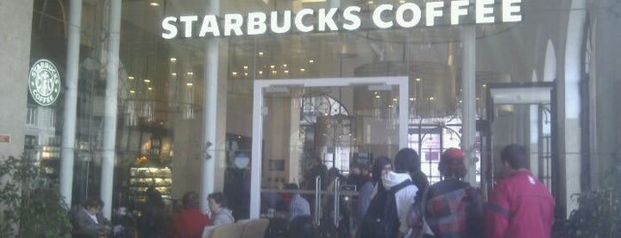 Starbucks is one of Favoritos - Comidas & Lanches.