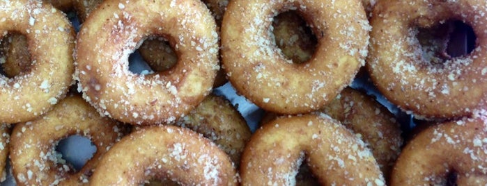 SOS Donuts is one of restaurantes favoritos.