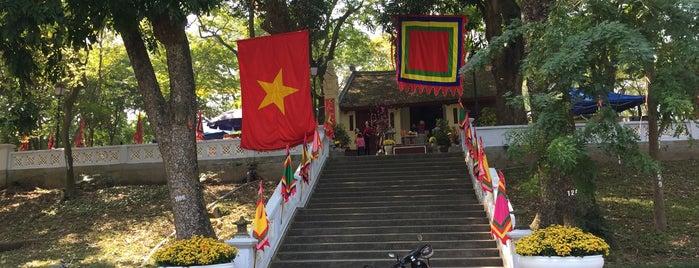 Đền Núi Sưa (thờ Đức Ngài Huyền Thiên Hắc Đế) is one of Đền Chùa.