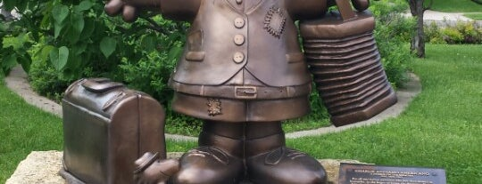 Charlie Andiamo Americano Park (Bronze Charlie Brown Statue) is one of Famous Statues Around the World.