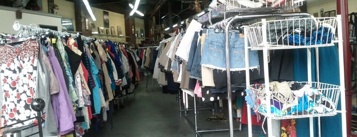 Le Point is one of Brooklyn Thrifting.