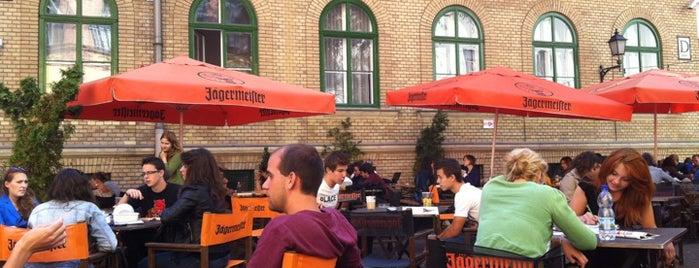 Könyvtár Klub is one of Nemzetközi kocsmalista.