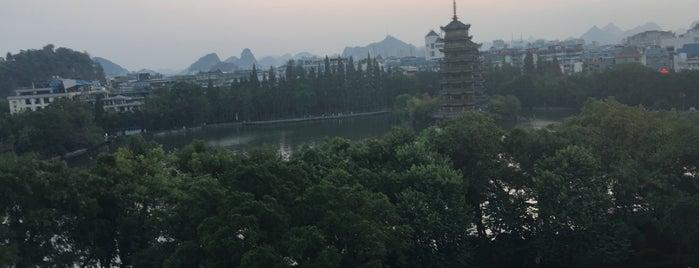 Lijiang Waterfall Hotel Guilin is one of Hoteles en que he estado.