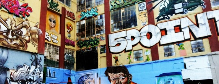 5 Pointz is one of Niu York.