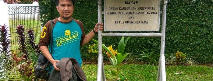 Makam Daeng Kanduruan Ardiwinata is one of my listing creations.