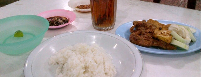 Ayam Hot Plate & Pecal Lele Mas Anto is one of Banda Aceh list.