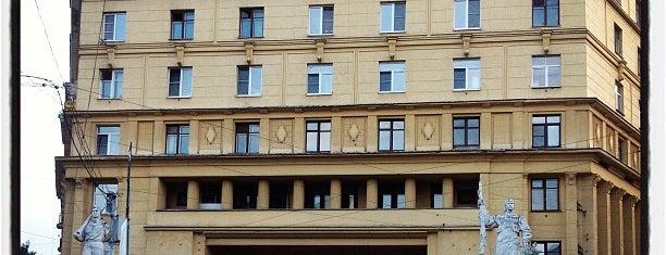 Дом со статуями is one of Москва.