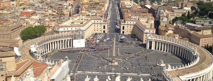 Piazza San Pietro is one of Luci di Roma.
