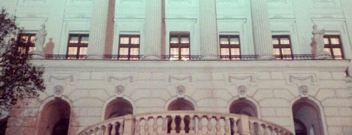 Дом Пашкова is one of 100 примечательных зданий Москвы.
