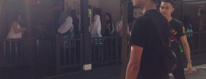 Wahana Lorong Sesat Rumah Jahil (Mirror Maze) is one of SHASYA ACTIVITY.