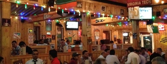 Hooters is one of Lugares.