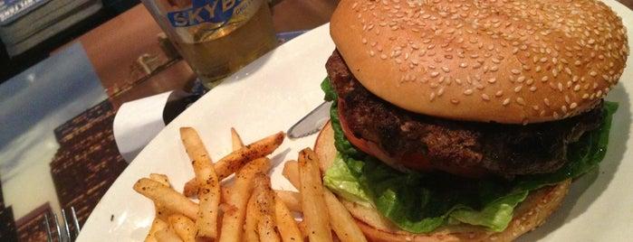 SkyBox Grill & Tavern is one of MiztrizDi's Fav Restaurant Noms.