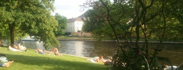 Schlosspark Bellevue is one of Grün und Blau Berlin.