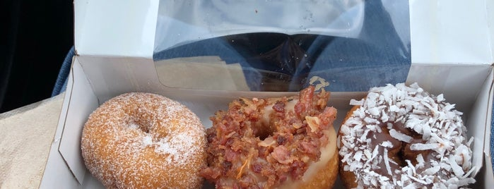 Peace, Love, Little Donuts is one of Orte, die Ashley gefallen.