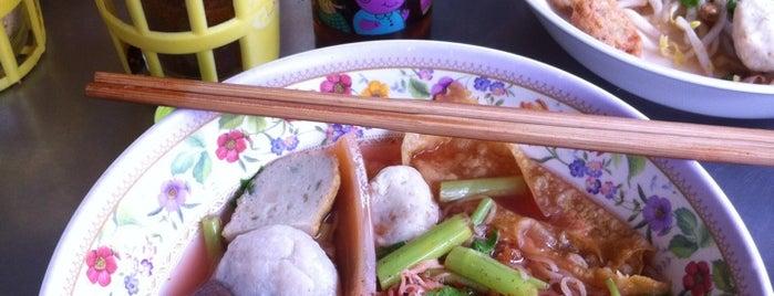 ก๋วยเตี๋ยวลูกชิ้นปลาเย็นตาโฟเยาวราช is one of อร่อย: ใกล้ ๆ บ้าน (บ้านลาดพร้าว).
