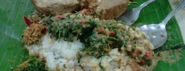 Pecel Asli Madiun Murni is one of Kuliner Wajib @Surabaya.