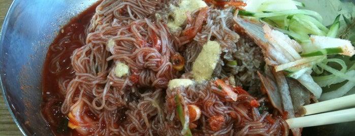 함흥곰보냉면 is one of 한국인이 사랑하는 오래된 한식당 100선.