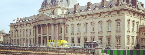 École Militaire is one of Paris.