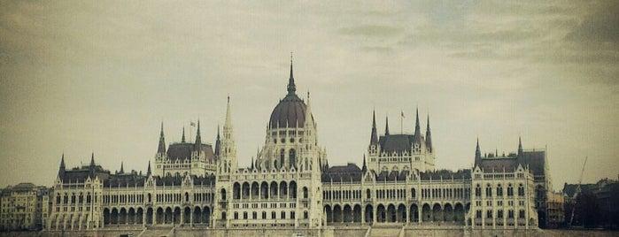 Batthyány tér M+H (19, 41) is one of Budai villamosmegállók.