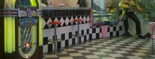 The Fifties Diner is one of Sítios.
