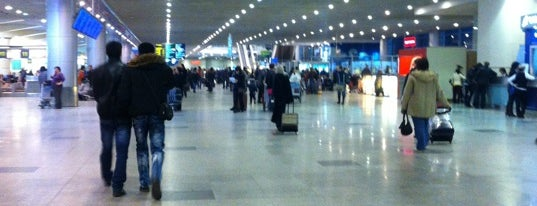 Зона вылета международных рейсов is one of «Московские новости» каждый день.