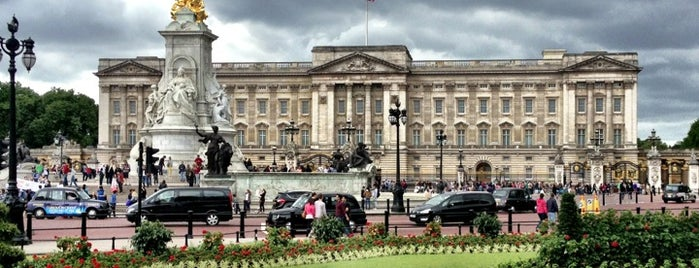 Buckingham Sarayı is one of London tour.