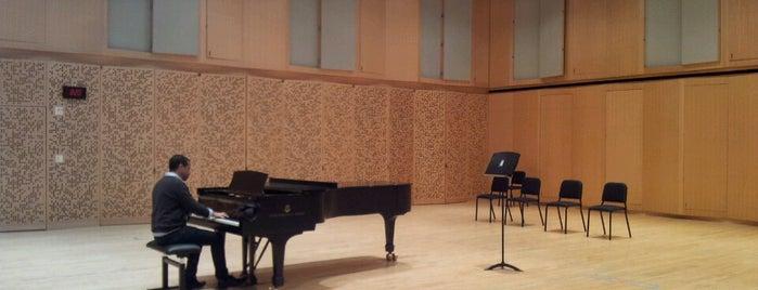 The Juilliard School is one of New York City.