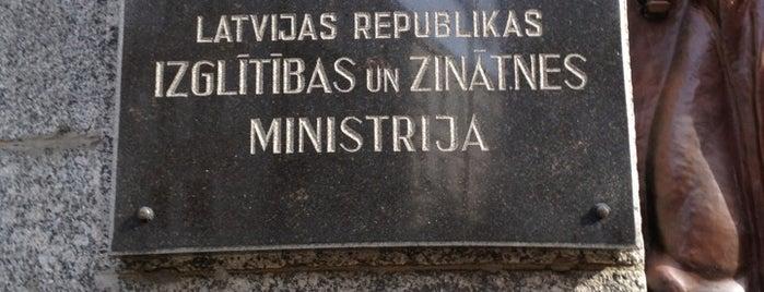 Izglītības un zinātnes ministrija is one of Valsts iestādes/institūcijas.