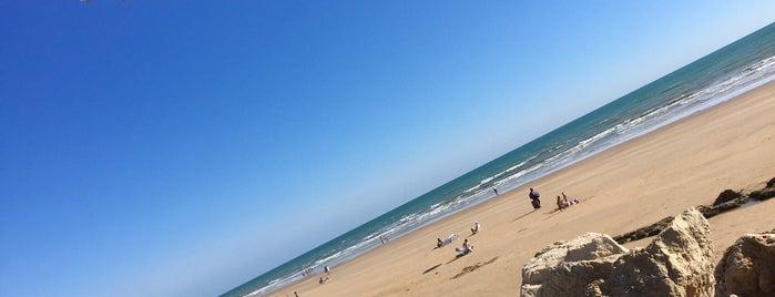 chinini beach is one of diferentes ciudades.