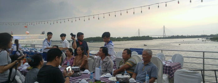 Du Thuyen Floating Restaurant is one of du lịch - lịch sử.
