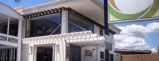 Riviera - Deli, Gastrobar, Café y Panadería is one of Restaurantes.