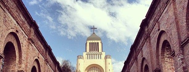 Templo Votivo Nacional de Maipu is one of Santiago.