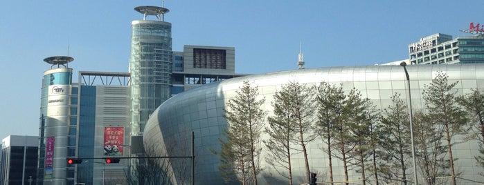 Dongdaemun Design Plaza is one of 韓国旅.