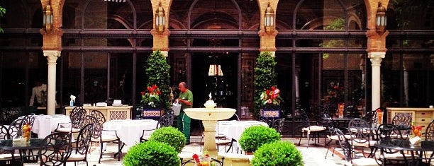 Hotel Alfonso XIII is one of Sitios donde comer de resaca.
