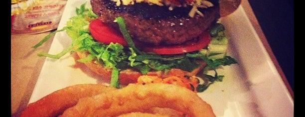 Twist Gourmet Burger Bar is one of Mejores Lugares para Bajonear en Lima.