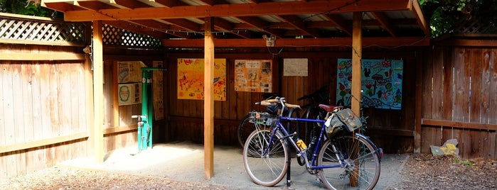 Hawthorne Youth Hostel is one of Portland by Bike.