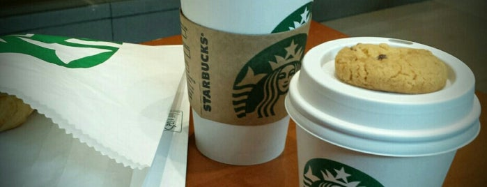 Starbucks is one of lugares daoras.