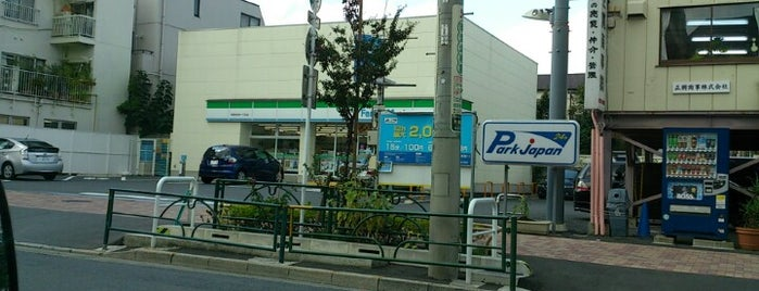 FamilyMart is one of コンビニ.