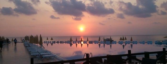 Majesty Kemer Beach Hotel is one of Gezelim görelim.