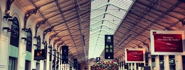 Paris Saint-Lazare Railway Station is one of à Paris.