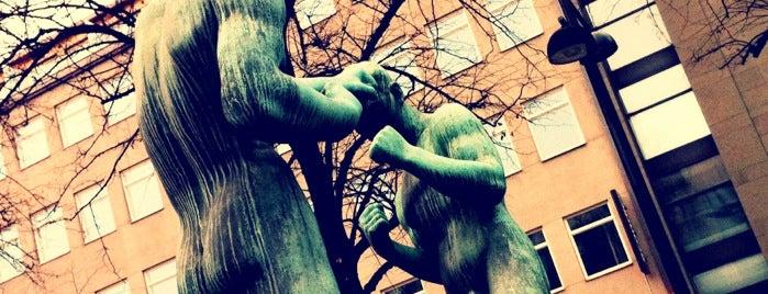 Nyrkkeilijät-patsas is one of Patsaat ja muistomerkit.