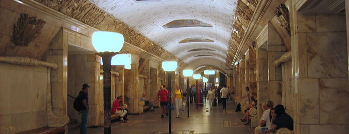 metro Novokuznetskaya is one of Метро замоскворецкая линия.