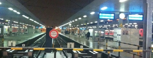 Bahnhof Hamburg-Altona is one of Top 40 Foursquare Bahnhöfe.