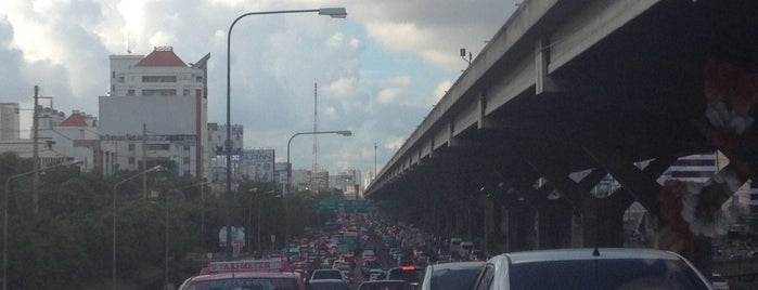 Sutthisan Intersection is one of ถนน.